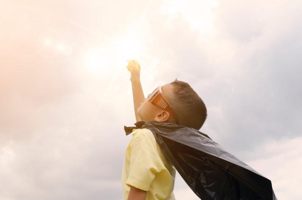 dziecko w płaszczu superbohatera